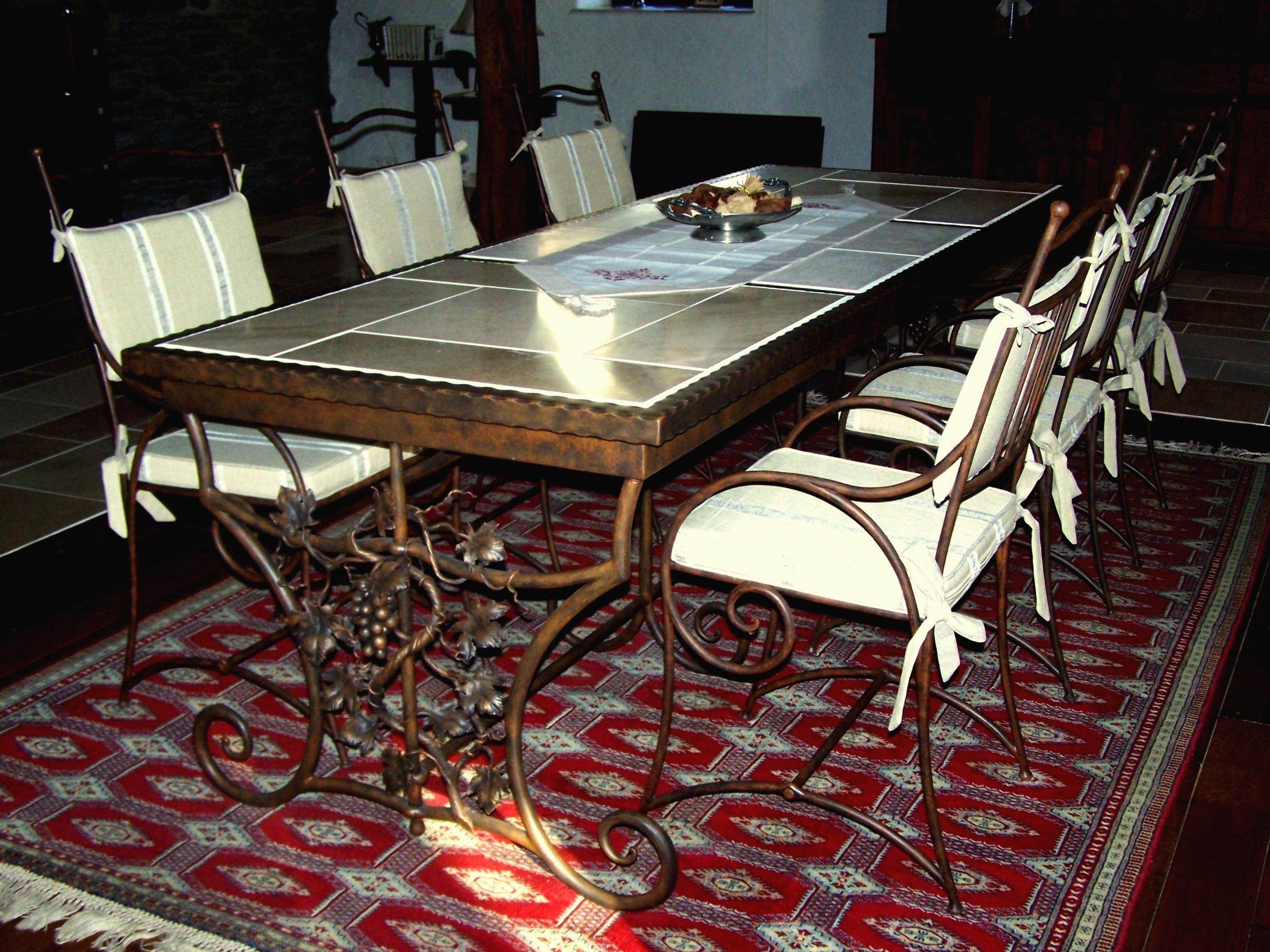 smeedijzeren tafel met wijnrank